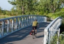 Martin Goodman Trail Bridge. Un cycliste traverse un pont piétonnier.