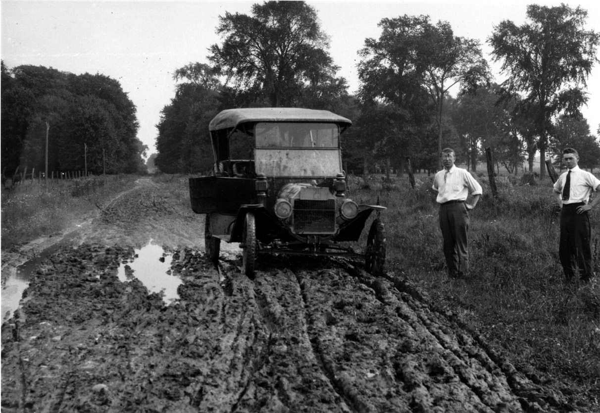 A muddy road in Middlesex County, 1915. <br> Image from MTO's collection.
